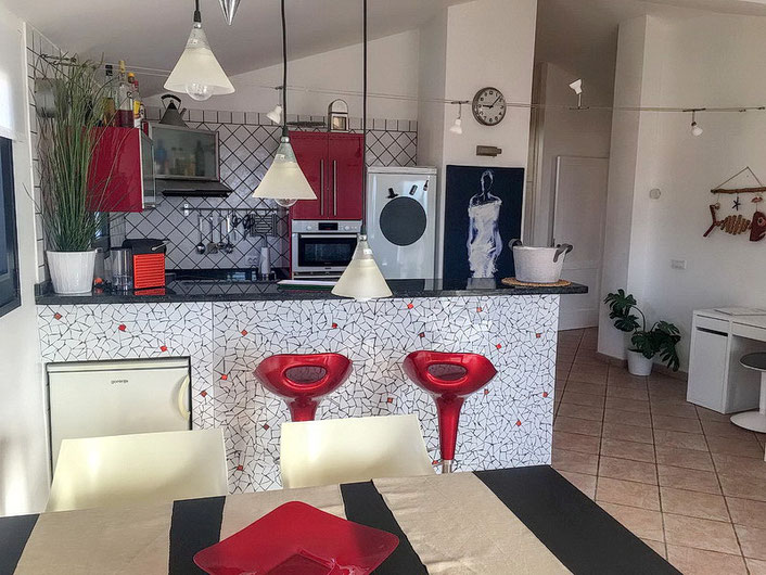 Küche mit Tresen und Barhockern
