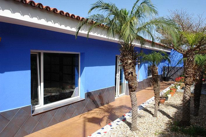 Eingangsbereich mit Terrasse und Garten - Südseite.