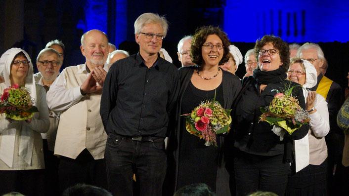 Stolz: Organisatorin Pamela Wiefhoff (ganz links, mit Blumen), Regisseur Bart Hogenboom, Komponistin und musikalische Leiterin Brigitte Stumpf-Gieselmann (Mitte) und Texterin des Musicals Marion Lohoff-Börger (rechts) (Foto: Michael Wilczek)