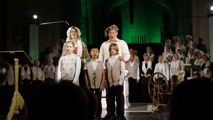 Ricarda Gerlach als Argula und Felix Stöppler als Friedrich von Grumbach mit ihren Musicalkindern (Foto: Michael Wilczek)