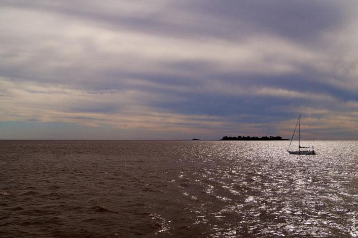 Segelboot im Abendlicht auf Fluss in Argentinien