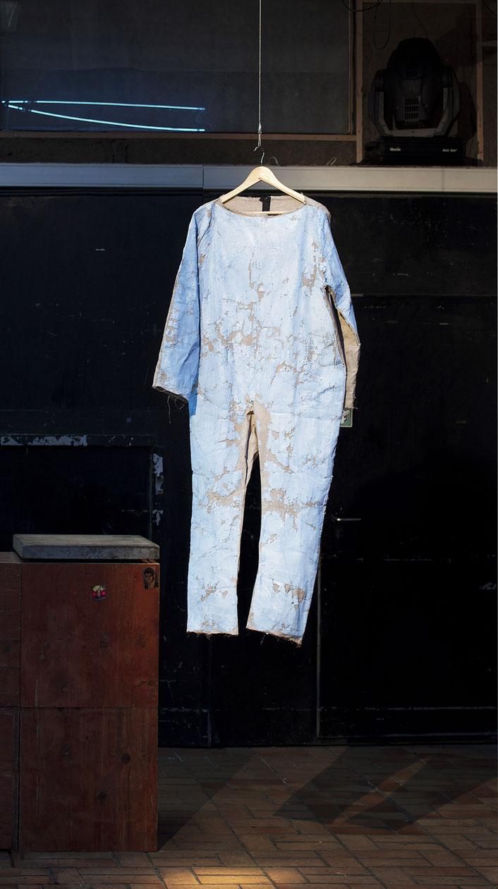 """Suit (lightblue) / 2020 /  Leinen / schwarzer Garn / Gips / Vinyl / Lack getragener Anzug / Performance zu der Ausstellung """"+1"""", Niehler Freiheit / Köln"""