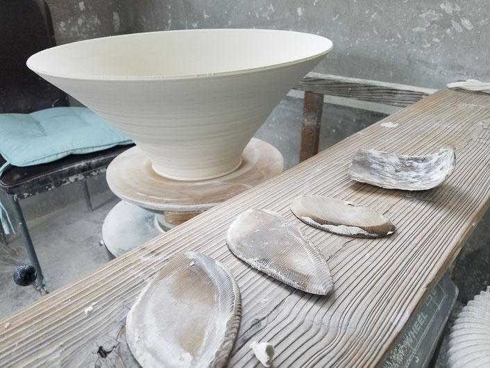 庄村久喜が作る大きな作品:専用の道具を使うことで、均一で薄く延ばすことが可能。ろくろ技術を高めるためには良い道具をそろえることが大事。