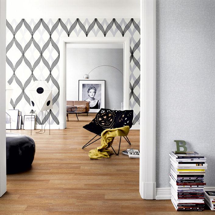 Blick in einen offenen Wohnraum mit Designboden ausgelegt.