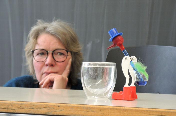 Susanne Wildhirt grübelt - Lehrstück Trinkvogel