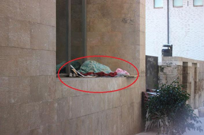 Indigentes tirados por los suelos en la ciudad de Valencia.