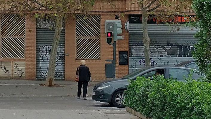 Los viandantes o peatones tampoco respetan nada, incluso con movilidad reducida se pasan en rojo el semáforo.