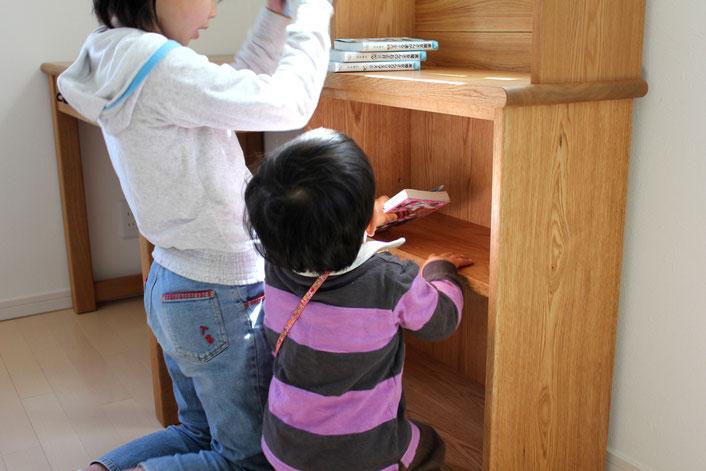 シンプル学習机&本棚(横浜市・I様邸)本を収納する姉弟
