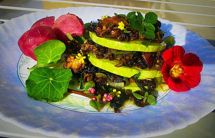 Zucchini-Pilz-Türmchen mit roten Kartoffeln und Kapuzinerkresse