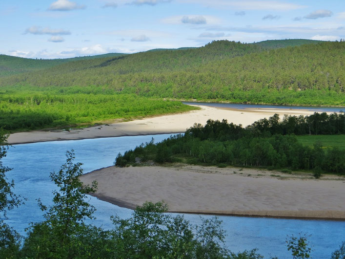Der Fluss Karasjohka mit wunderschönen Sandstränden.