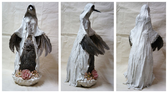 """""""Grand Oiseau-Vierge"""" / Bouteille, plâtre, plumes, taxidermie, fleurs plastique./ h.53 cm / Kinder-k 2012"""