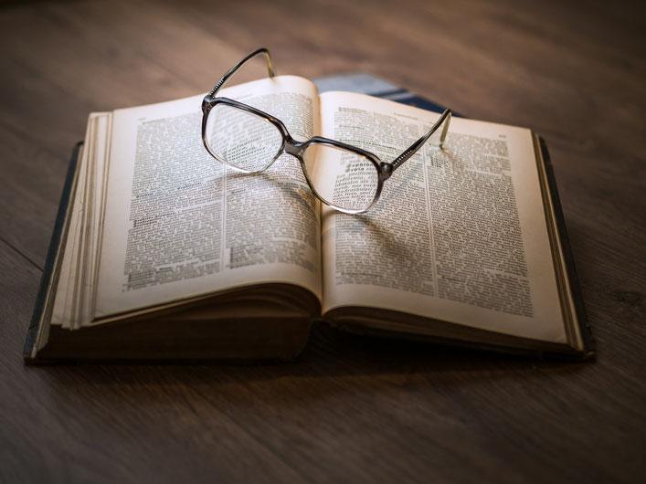 Brille und Buch, lesen!