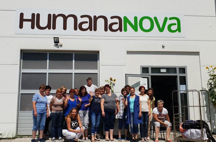 Die Belegschaft der genossenschaftlichen Näherei Humana Nova in Cakovec/Kroatien