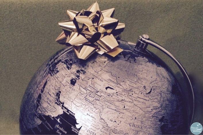 Geschenkideen für Weltenbummler und Reisende Globus mit Schleife Weltreise Reiseblog Blog