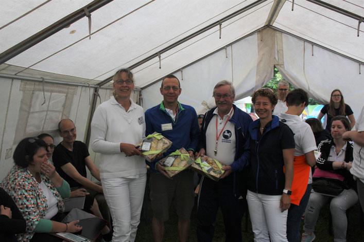 Claudia Ringkamp (rechts, Vorsitzende SV Burgwedel) bedankt sich bei Eske Engel (v.l., Schiedsrichterin SV Garbsen), Martin Maeß (Starter, SC Altwarmbüchen) und Achim Kreter (Schiedsrichter, SG Rethen Sarstedt)