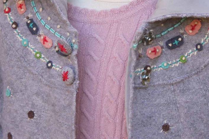 Second-Hand: Wunderschöner silbergrauer Wollmantel für Kinder mit liebevollen bunten Stickereien
