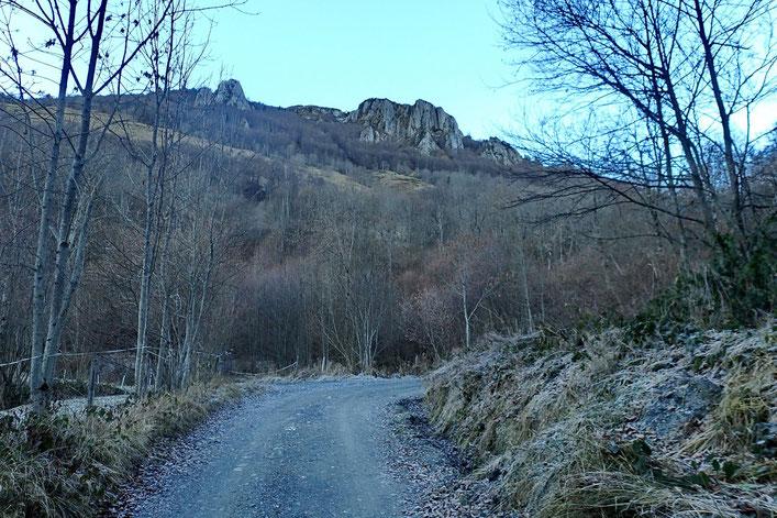 La Pointe de Surgatte est derrière ces barres rocheuses, infranchissable pour un randonneur.