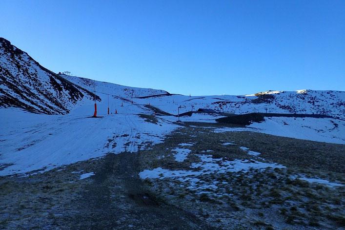 Vers 2000m la neige. Depuis il y a une quinzaine de jours, elle est maintenant assez dure.