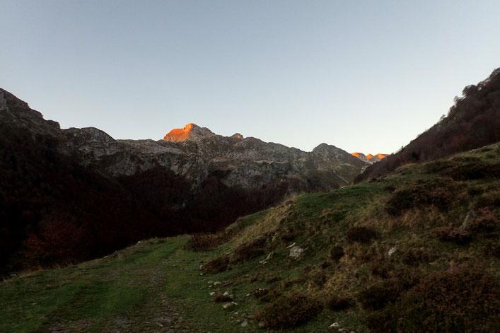 Le soleil arrive sur les sommets de la Sierre de Bernera.
