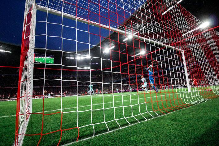 Manuel Neuer wirft den Ball ein - Remote Kamera hinterm Tor.
