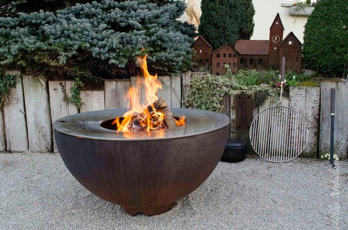 Schochofen Schlosserei - Halbkugel Feuertisch mit offenem Feuer