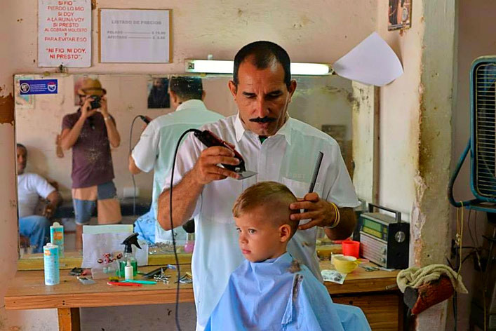 Un coiffeur en pleine action dans le centre de la havane