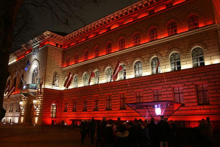 """Die """"Saeima"""" (=lettisches Parlament) erleuchtet in den Farben der Nationalflagge im Rahmen des Lichterfestes """"Staro Riga"""""""
