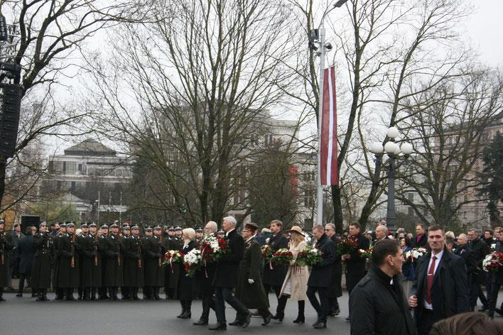 Die Kranzniederlegung am Nationaldenkmal im Rahmen des höchsten lettischen Nationalfeiertages am 18. November