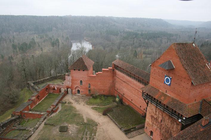 Die Burg Turaida - ein mittelalterliches Schloss auf dem Weg in die Stadt Cesis