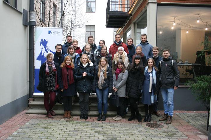 Die Teilnehmerinnen und Teilnehmer gemeinsam mit dem Organisationsteam vor dem Auslandsbüro der KAS in Riga