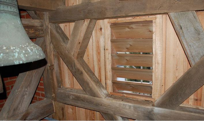 Turmverkleidung und Schallluken aus  Lärchenholz (Ansicht aus der Glockenstube)