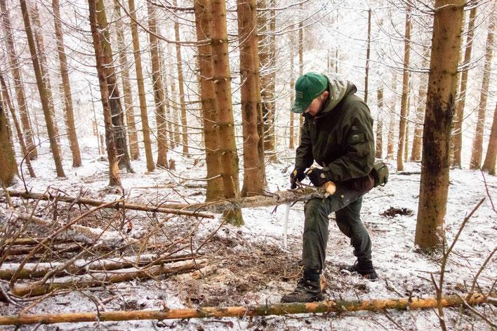 Holz machen im Winter- ihr lernt den sicheren Umgang mit Messer, Axt und Säge
