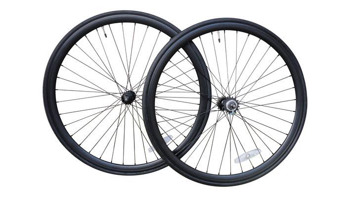 Coppia ruote con cerchi neri da 32 mm