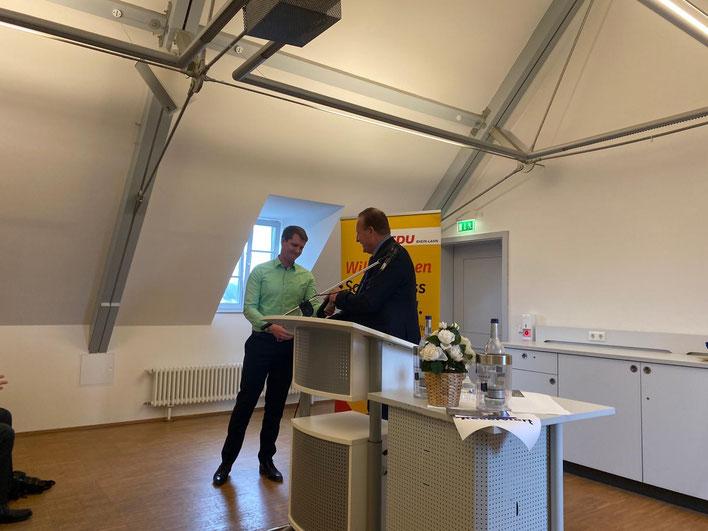 Auch Kreisgeschäftsführer Marcel Willig erhielt für die Mitorganisation des Neujahrsempfang vom Ortsvorsitzenden Axel Fickeis ein Weinpräsent überreicht.