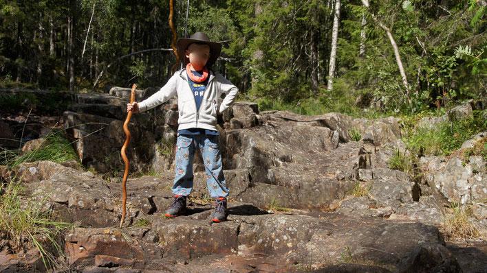Kind mit Wanderstab