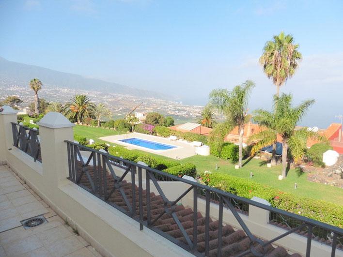 Von der Terrasse hat man einen Weitblick über den Gemeinschaftspool, über Puerto de la Cruz bis zum Meer.