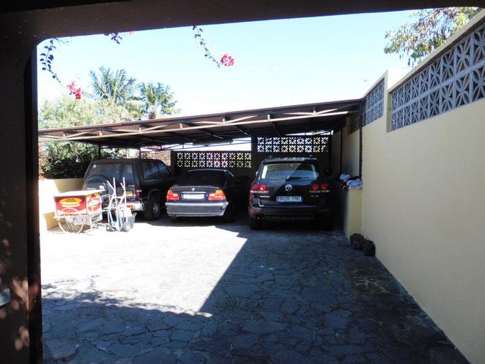Carport und Einfahrt