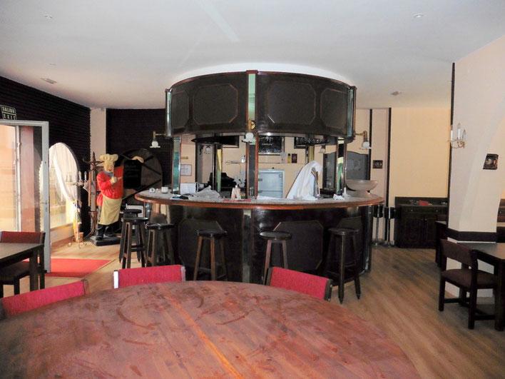 Blick auf die Bar und den vorderen Eingang
