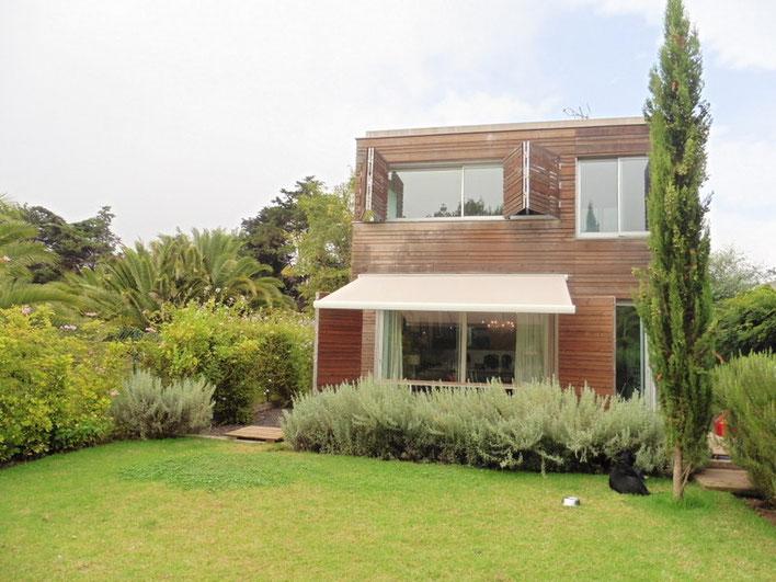 Ansicht des  2 stöckigen Hauses vom reich bepflanzten Garten aus.