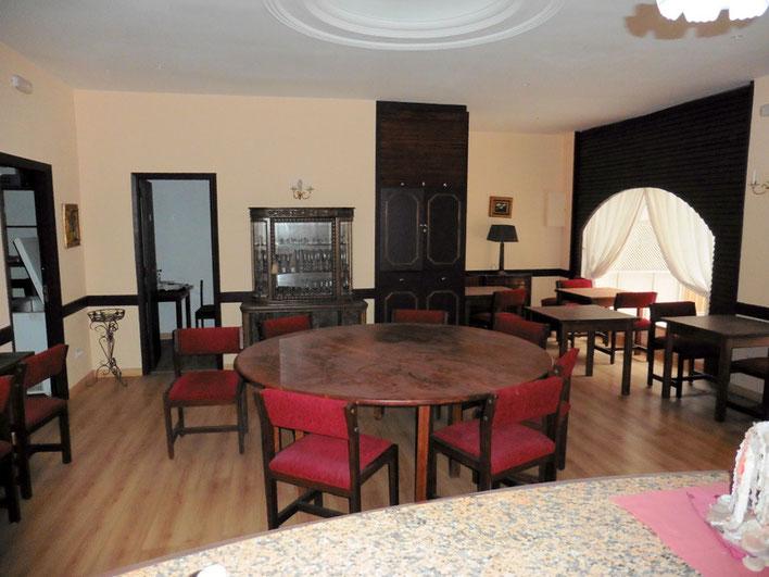 Blick auf die zwei separten Räume, Büro und Umkleideraum
