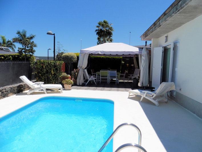Blick auf Pool und Haus