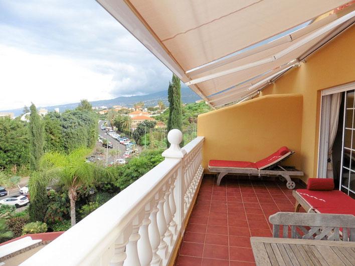 Gefliester Balkon mit Meerblick und Sonnen liegen.