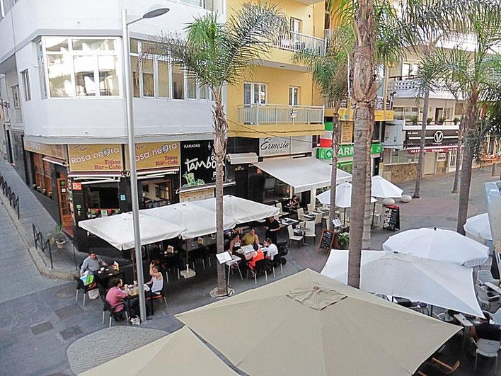 Typische spanische Einkaufsstrasse mit cafés .
