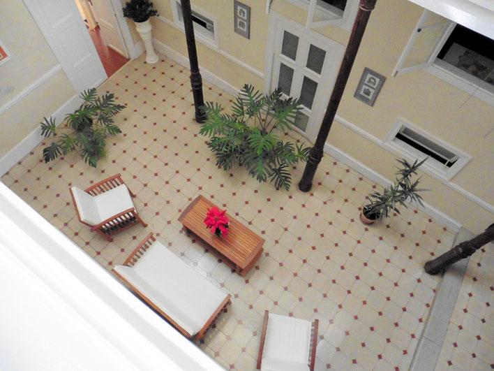 Blick von oben in den hellen Patio der Hotel - Villa.