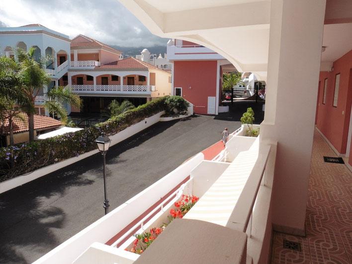 Blick auf den Eingang der Anlage vom Apartment