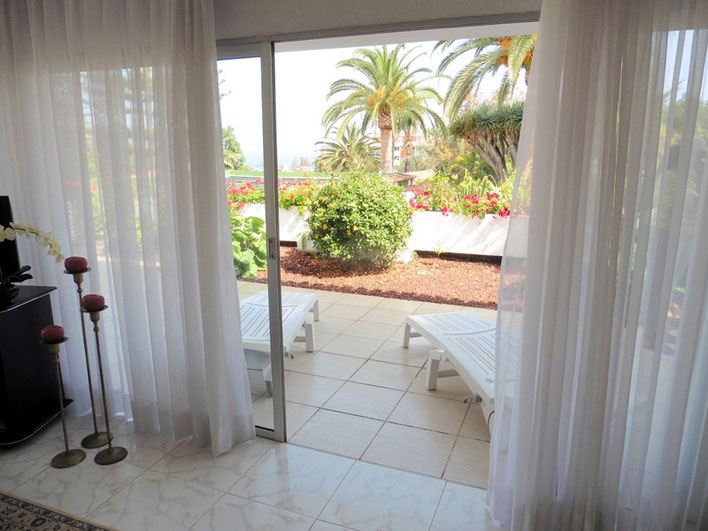 Zugang vom Esszimmer auf die seitliche Terrasse