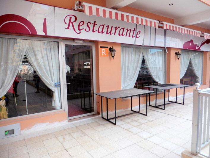Blick auf das Restaurant und die vordere Terrasse