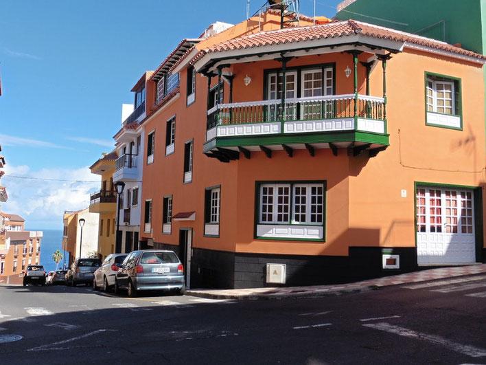 Blick auf das Eckhaus von der Strasse mit einem typischen kanarischen Balkon.