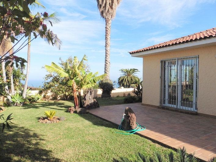 Garten mit Meerblick, Palmen, Bananen und Terrasse vor dem Haus