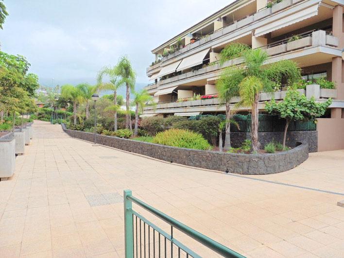 Reichlich mit tropischen Pflanzen gestallterer Eingangsbereich von der Wohnanlage.